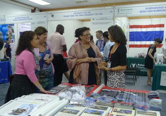 Nữ Đại biện lâm thời Đại sứ quán Mỹ đi thăm các gian hàng trong hội chợ
