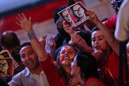 Người ủng hộ bà Rousseff tổ chức ăn mừng. Ảnh: Reuters