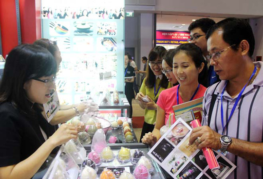 Gian hàng trưng bày sản phẩm xà phòng quả trứng có rất nhiều khách đến tham quan.