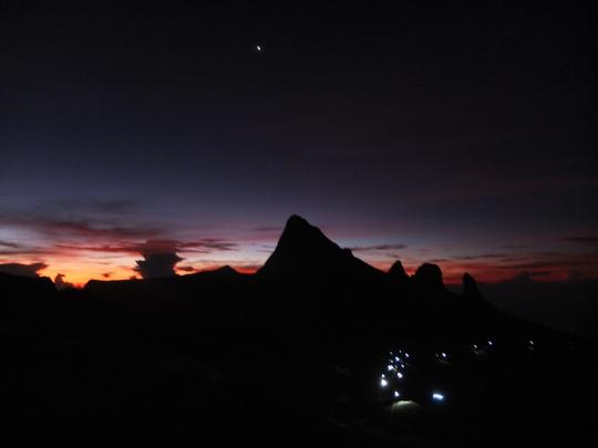 Dòng người di chuyển trong đêm đen để chinh phục nóc nhà Đông Nam Á