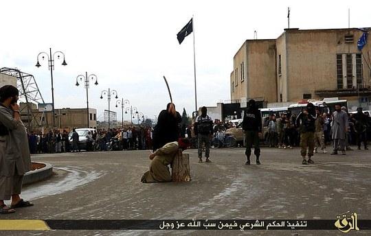 3 người bị chặt đầu bằng 1 thanh kiếm dài. Ảnh: Daily Mail