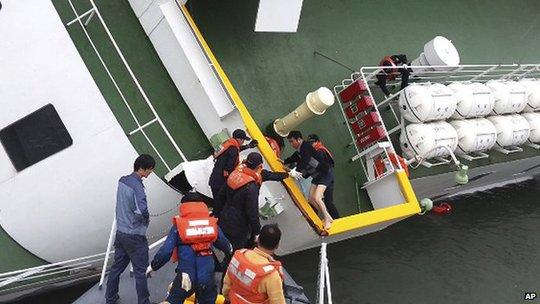 Tàu Sewol bị chìm ngoài khơi đảo Jindo ngày 16-4. Ảnh: AP