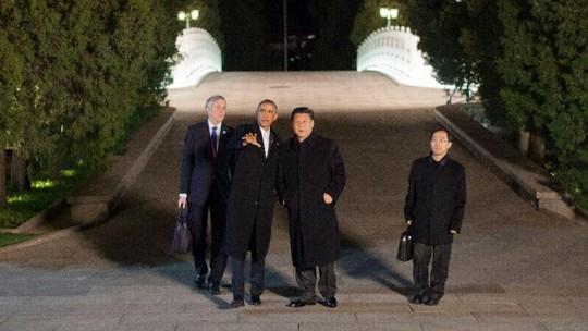 2 nhà lãnh đạo đi bộ gần Tử Cấm Thành để thảo luận một số vấn đề quan trọng. Ảnh: AP