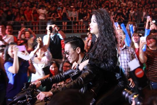 Hương Ga được hộ tống bằng xe phân khối lớn tiến vào sân khấu