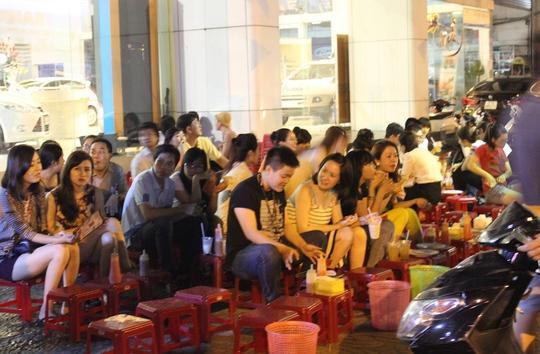 Phố bánh tráng nướng Cao Thắng rất nhộn nhịp hằng đêm
