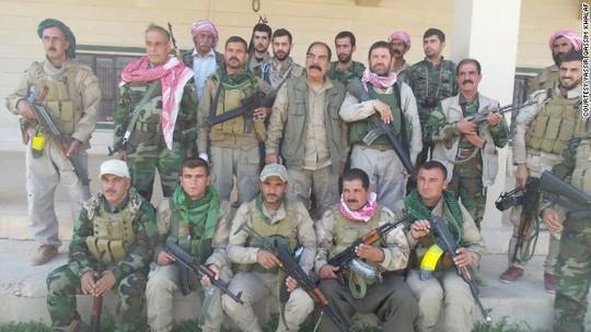 Ông Qassim Shesho (giữa) chỉ huy khoảng 2.000 chiến binh Yazidi tại núi Sinjar. Ảnh: CNN