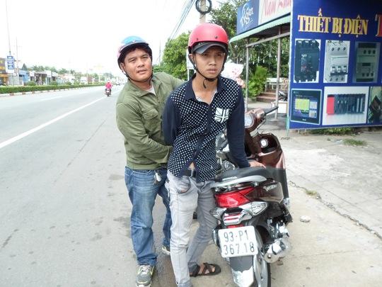"""Nguyễn Công Khai, đối tượng lái thuê, bị """"hiệp sĩ"""" Nguyễn Thanh Hải khống chế vào chiều 26-11."""
