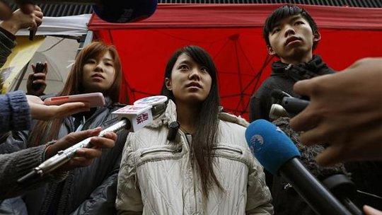 Từ trái qua: Nữ sinh Isabella Lo, Prince Wong và thủ lĩnh học sinh Joshua Wong trả lời phóng viên sau 12 giờ tuyệt thực. Ảnh: Reuters