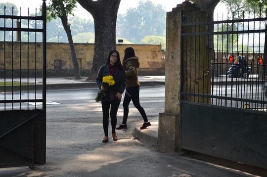 Các bạn trẻ mang những bông hoa tươi thắm vào viếng thăm Đại Tướng Võ Nguyên Giáp