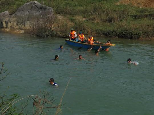 Lực lượng chức năng tìm kiếm thi thể 2 mẹ con bà Thân