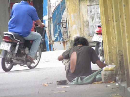 Gã đàn ông ngồi xin tiền ở đường Phổ Quang (quận Tân Bình) theo phản ánh người dân thực chất một thanh niên.