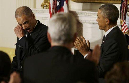Ông Holder nấc nghẹn khi tuyên bố từ nhiệm. Ảnh: Reuters