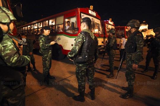 Quân đội Thái Lan áp đặt lệnh giới nghiêm sau tuyên bố đảo chính chiều 22-5. Ảnh: Bangkok Post