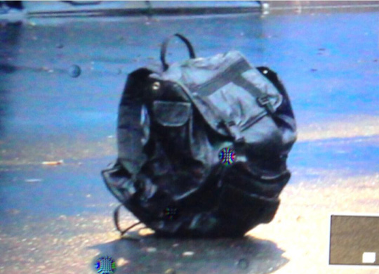 Chiếc túi nghi chứa bom của nghi phạm bị cảnh sát kích nổ sau đó. Ảnh: RT