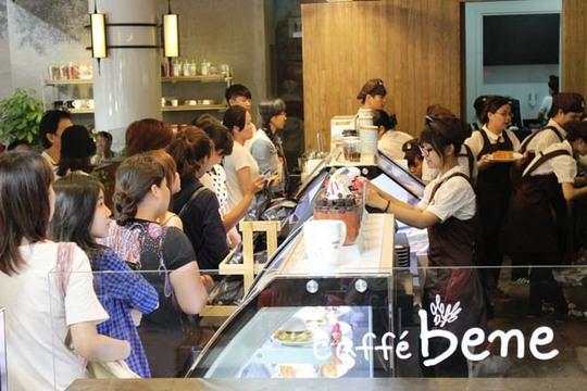 Rất đông người xếp hàng tại quán để mua được đồ uống