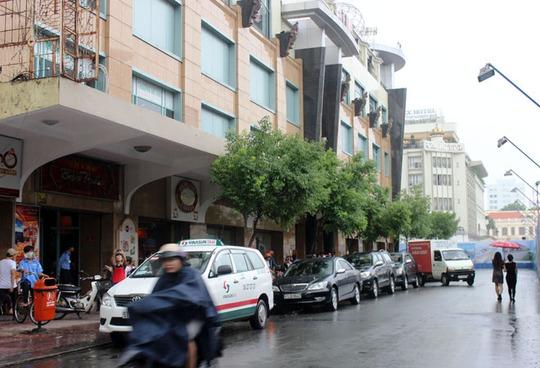 Thương xá Tax đóng cửa trong cơn mưa lớn khiến nhiều người buồn bã.