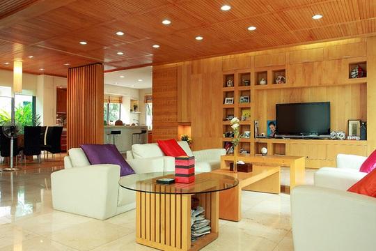 Từ những ý tưởng phác thảo của chủ nhà, KTS Nguyễn Hải Long đã mang đến cho công trình một dáng vẻ mới, khác biệt với nội thất gỗ xuyên suốt toàn bộ công trình, từ vật liệu ốp tường, trần, cầu thang đến tất cả đồ nội thất.