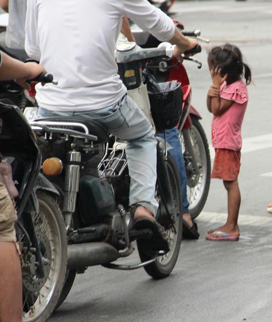 Một đứa trẻ xin tiền ngay tại ngã tư đường