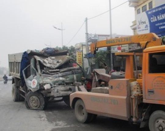 Chiếc xe bẹp đát phần đầu sau khi đâm liên tiếp 5 nhà dân ven đường.