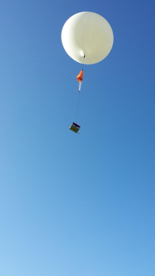 Nó được gắn lên khinh khí cầu và thả lên bầu trời. Ảnh: Twitter