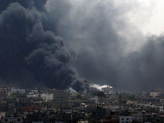 Xe tăng Israel tấn công vào khu vựcShijaiyah ở Dải Gaza hôm 20-7, giết chết ít nhất 99 người Palestine. Ảnh: Reuters, EPA