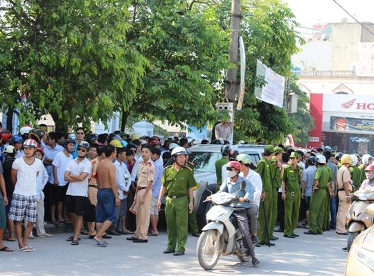 Người dân bủa vây chiếc xe nên hàng chục chiến sĩ công an đã được điều đến hiện trưởng để xử lý vụ việc