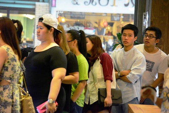 Bên trong, khách hàng rồng rắn xếp hàng từ cửa đến quầy bán hàng. Mỗi người phải chờ từ 45 phút đến 1 giờ mới đến lượt.