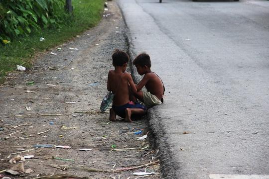 Hai đứa bé người Capuchia đang xin tiền trên Quốc lộ 1.