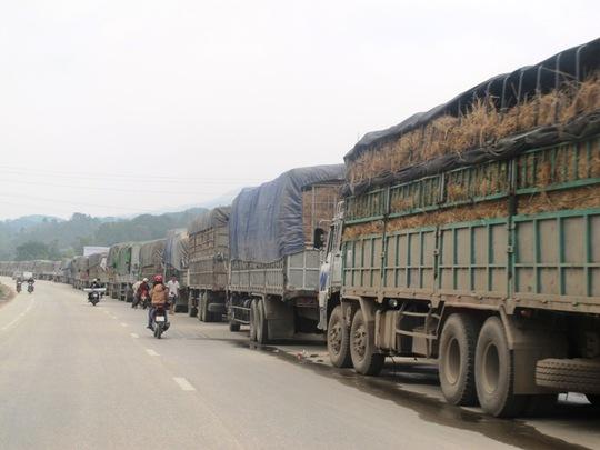Xe chở dưa hấu, trái cây, nối dài hàng 3-4 km ở huyện Cao Lộc (gần TP Lạng Sơn)