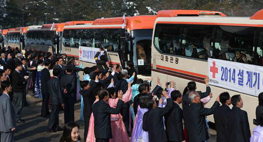 Người dân Hàn Quốc trở về nhà sau cuộc đoàn tụ với người thân ở Triều Tiên hôm 22-2. Ảnh: AP