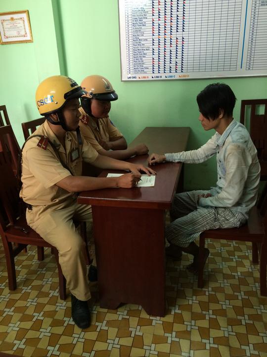 CSGT làm thủ tục bàn giao các tên cướp cho công an phường xử lý
