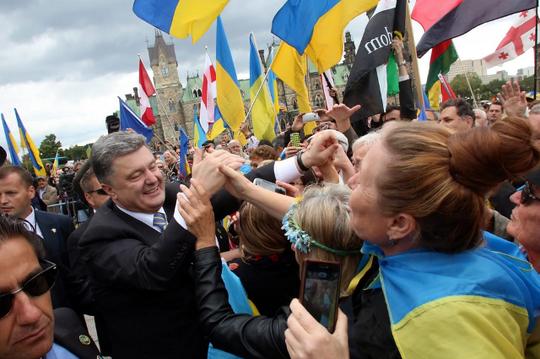 Tổng thống Ukraine Petro Poroshenko được chào đón tại Canada hôm 17-9. Ảnh: AP