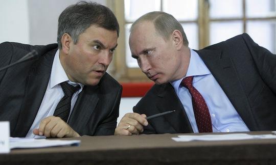Phó Chánh văn phòng thứ nhất điện Kremlin Vyacheslav Volodin (trái). Ảnh: Reuters