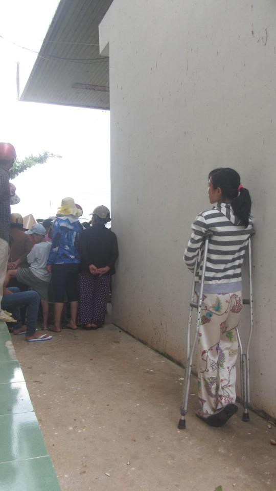 Một phụ nữ đứng đợi người thân