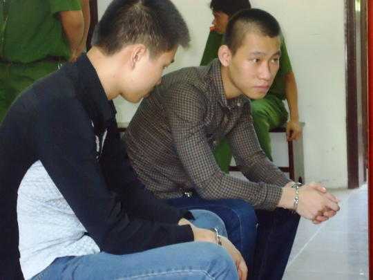 Bị cáo Sơn (bìa trái) và Mạnh trong phiên xét xử