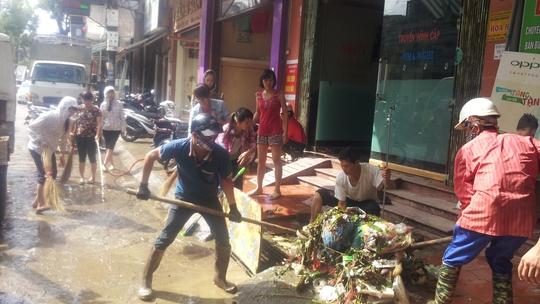 Sáng 18-9, nước lũ bắt đầu rút. Người dân ở Phường Vĩnh Trại, TP Lạng Sơn dọn dẹp sau ngập lụt