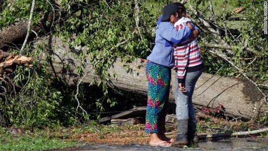 An ủi người thân trong thảm họa. Ảnh: CNN