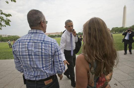 Nhà lãnh đạo Mỹ niềm nở bắt tay du khách. Ảnh: AP