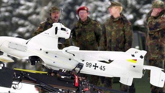 Lính Đức đứng sau một UAV trinh sát Luna. Ảnh: Reuters