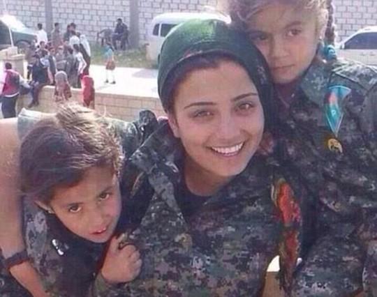 Deilar Kanj Khamis được cho là mẹ của 2 đứa con, đã thiệt mạng trong một vụ đánh bom tự sát. Ảnh: Daily Mail