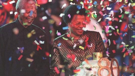 Ông Mandela kết hôn với bà Graca Machel, vợ góa cố Tổng thống Mozambique Samora Machel năm 1998. Ảnh: AP