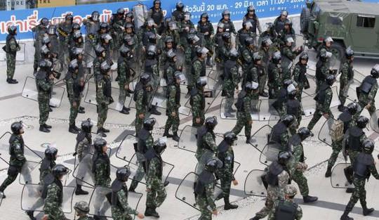 Quân đội Bangkok triển khai thực hiện nhiệm vụ. Ảnh: Reuters