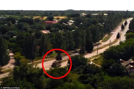 Một tên lửa Buk được vận chuyển qua thị trấn Torez, Ukraine hôm 17-7, sau khi chiếc máy bay MH17 bị bắn hạ. Ảnh: Barcroft Media