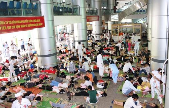 Công nhân ngộ độc nằm la liện trong sảnh của Bệnh viện Đa khoa Hợp Lực - Thanh Hóa