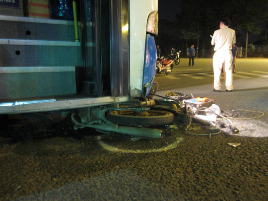 Chiếc xe máy bẹp dí dưới gầm xe buýt