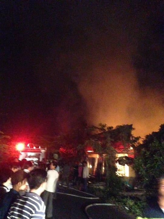 Do tiệm tạp hóa chứa nhiều xăng dầu bán lẻ nên lửa bùng phát dữ dội