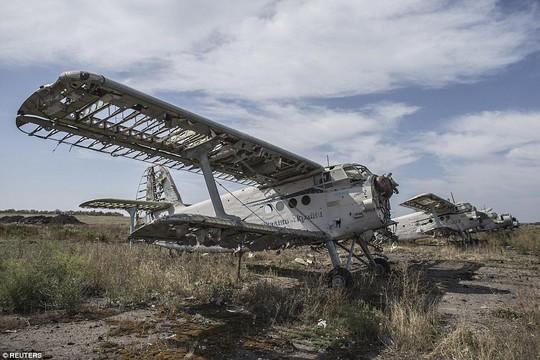 Sân bay TP Luhansk sau các cuộc giao tranh từ 2 phía. Đụng độ đang nổ ra ác liệt gần sân bay TP Donetsk. Ảnh: Reuters