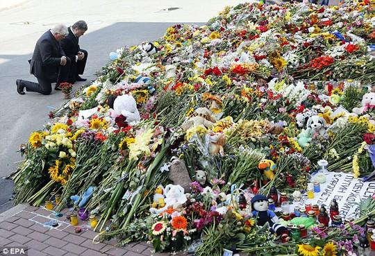 Tổng thống Ukraine Petro Poroshenko và Đại sứ Hà Lan tại Ukraine Kees Klompenhouwer đặt hoa tưởng niệm các nạn nhân MH17. Ảnh: EPA