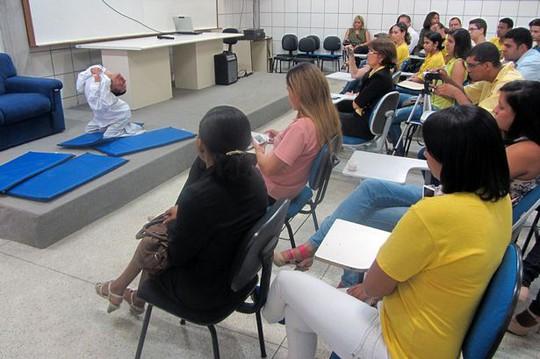 Oliveira làm diễn giả tại Đại học Feira de Santana. Ảnh: Barcroft Media