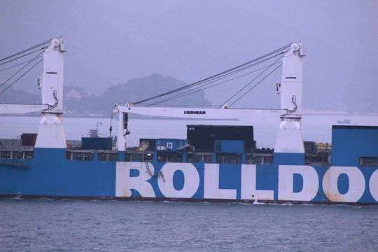 Tàu ngầm Hà Nội nhô lên giữa 2 cẩu tự hành của Rolldock